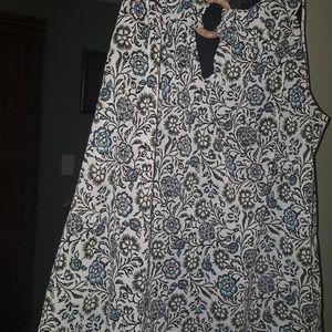 Sleeveless shirt with black underlay